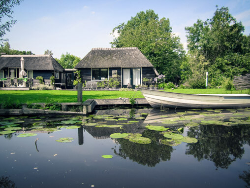 067111-giethoorn-canal-houses