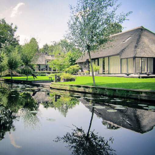 067211-giethoorn-canal-house