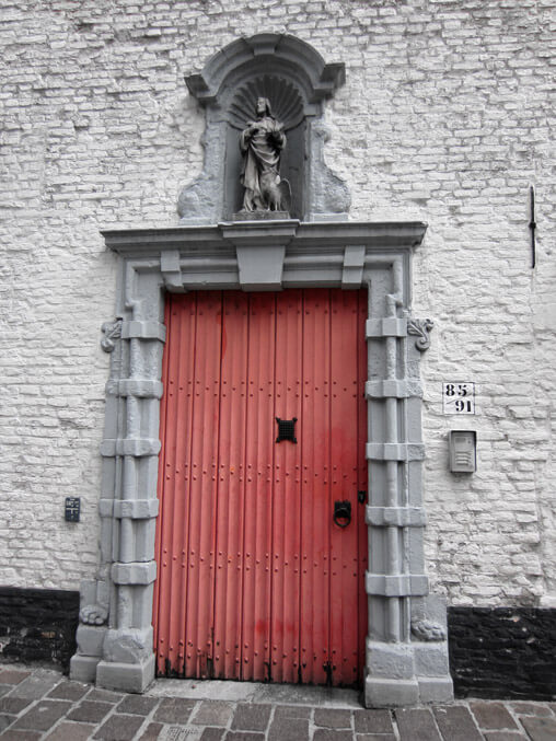 078713-Bruges-red-door
